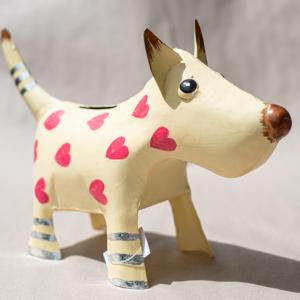 Dekorative Metall-Spardose Hund beige mit Herzen